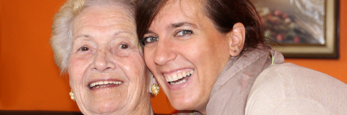 ältere Frau mit Enkelin