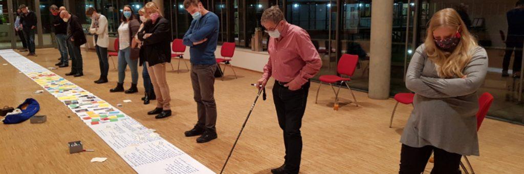 Team arbeitet an einer Schriftrolle